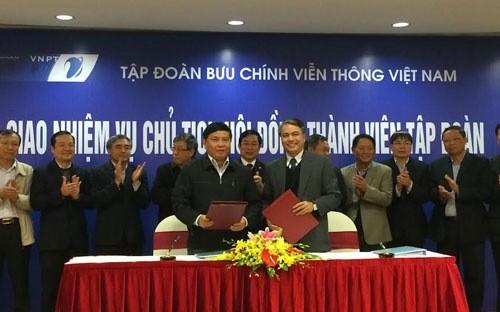 Lễ ban giao nhiệm vụ Chủ tịch VNPT giữa ông Phạm Long Trận (bên trái) và ông Trần Mạnh Hùng, hồi tháng 12/2014.