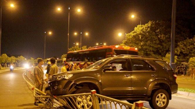Chiếc ôtô này tông vào dải phân cách trên đường Võ Văn Kiệt (Q.5, TP.HCM) do tài xế say rượu