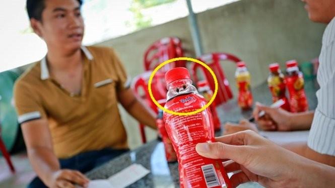 Ông Nguyễn Tiến Sâm (bìa trái) làm việc tại quán Hữu Nghị về việc sáu chai Dr Thanh kém chất lượng