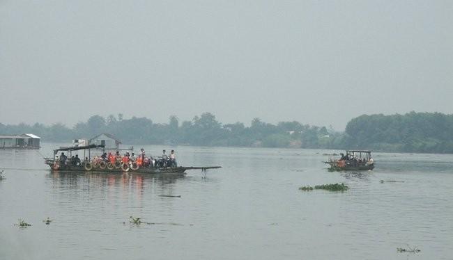 Một bến phá chở khách trên sông Đồng Nai. Ảnh: TL.