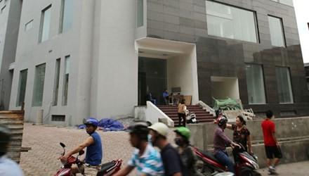 Tòa chung cư tái định cư 4A ngõ 16 Tạ Quang Bửu xây dựng đã lâu chưa đưa vào sử dụng. Ảnh: Như Ý.