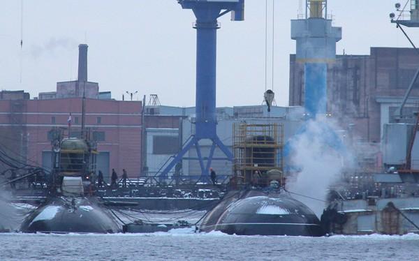 Tàu ngầm HQ-186 Khánh Hoà (bên phải) đang được khẩn trương hoàn thiện các công đoạn cuối ở vùng nước trước Nhà máy đóng tàu Admiralty, tháng 1.2015. Ngày 1.4.2015 tàu đã ra biển thử nghiệm cấp nhà máy - Ảnh: airbase (Nga)