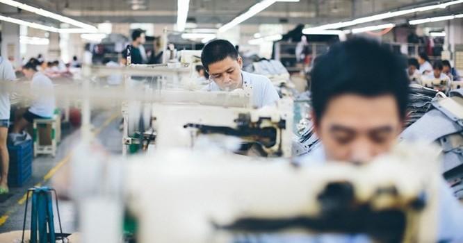 Mức lương bình quân hàng tháng tại Việt Nam là 197 USD vào năm 2013, thấp hơn 391 USD của Thái Lan và 613 USD của Trung Quốc. Ảnh: Bloomberg