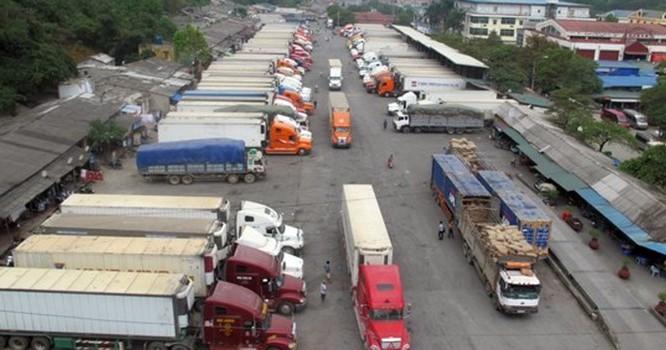 Xe chở nông sản đậu chật kín trong kho bãi của cửa khẩu Tân Thanh