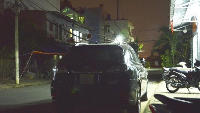 Chiếc ôtô Lexus của ông Trần Thái Hòa tại trụ sở công an phường Tân Phong, Q.7
