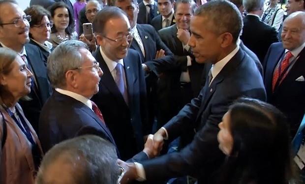 Cái bắt tay tại cuộc gặp song phương bên lề Hội nghị thượng đỉnh châu Mỹ giữa tổng thống Barack Obama (phải) và chủ tịch Cuba Raul Castro ngày 11-4