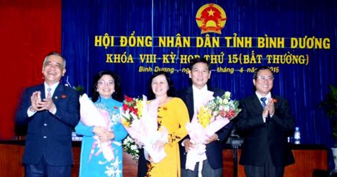 Ông Mai Hùng Dũng, tân Phó chủ tịch tỉnh Bình Dương (thứ hai từ phải sang). Ảnh: binhduong.gov.vn
