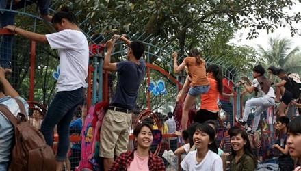 Cảnh hỗn loạn tại công viên nước ngày 19/4.