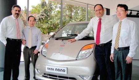 Chủ tịch TMT Bùi Văn Hữu (thứ 2 từ trái) đã có nhiều năm theo đuổi việc đưa Tata Nano về Việt Nam.