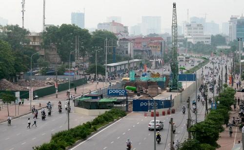 Ngoài việc xử phạt nhà thầu Posco và tạm dừng thi công 8 nhà ga, UBND TP Hà Nội còn cấm nhà thầu phụ làm rơi cọc cừ, thi công các dự án ở thủ đô trong vòng một năm.
