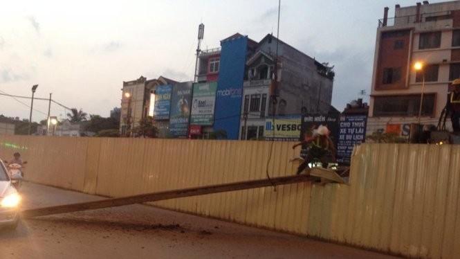 Thanh thép nặng khoảng 630kg rơi xuống đường tối 10-5 trong khi thi công nhà ga số 4 dự án đường sắt đô thị