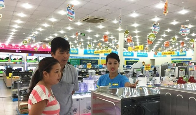 Khách hàng đang chọn mua sản phẩm tại siêu thị Điện máy Xanh Quang Trung, Gò Vấp - Ảnh: Chí Thịnh