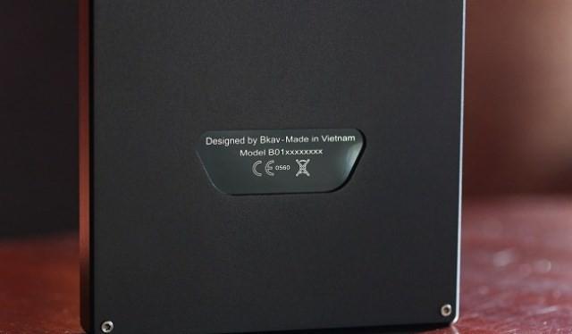 Điện thoại của BKAV được đặt trong một hộp chứa mẫu thử rất chuyên nghiệp