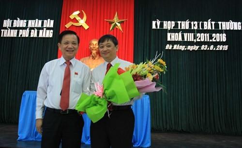 Bí thư Thành ủy Đà Nẵng Trần Thọ (bên trái) tặng hoa chúc mừng tân Phó Chủ tịch UBND TP Đà Nẵng Đặng Việt Dũng.