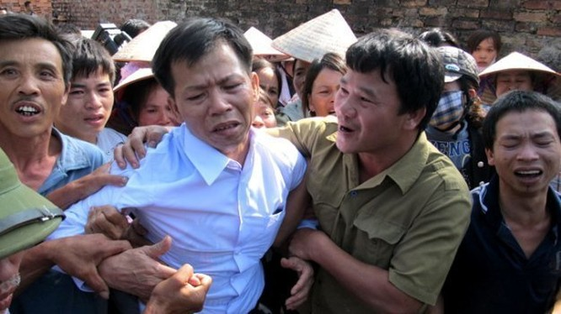 Ông Nguyễn Thanh Chấn xúc động trong vòng tay người thân, xóm giềng ngày mới được trả tự do