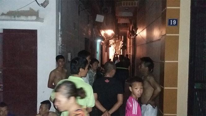 Nhiều người dân địa phương vây kín ngõ 190 để chứng kiến cơ quan chức năng chuẩn bị đưa những nạn nhân ra lúc ngoài