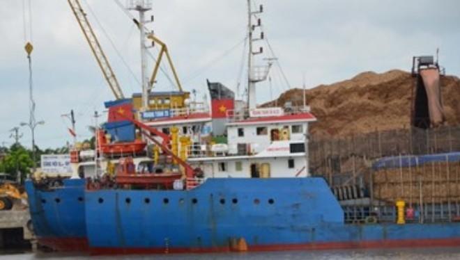 Tàu Hoàng Tuấn 28 vi phạm quy định an toàn hàng hải. (Ảnh: Hoàng Ngọc/Vietnam )