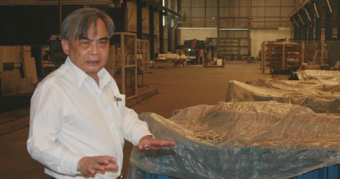Ông Bùi Ngọc Huyên, Chủ tịch Vinaxuki trong nhà máy số 1 Mê Linh. Ảnh: Tâm An