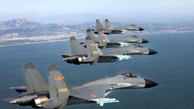 Máy bay Trung Quốc bay trên bầu trời biển Hoa Đông - Ảnh: Getty/Kyodo