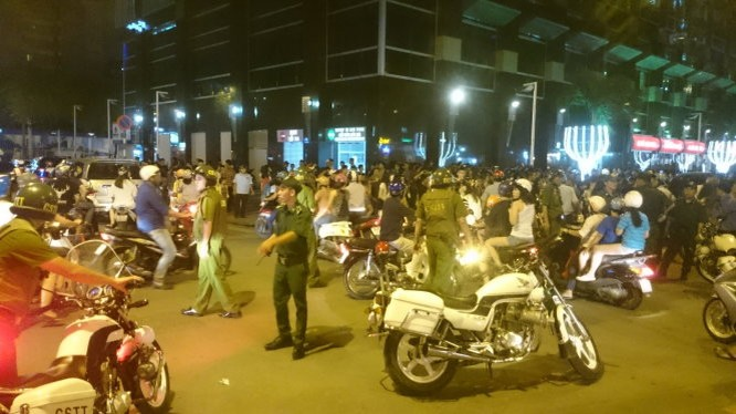 """Hàng chục cảnh sát hình sự, 113, công an… vất vả khi giải tán đám đông kéo thành từng đoàn, hò hét để cổ vũ hai cô gái """"giải quyết"""" mâu thuẫn - Ảnh: Đức Thanh"""