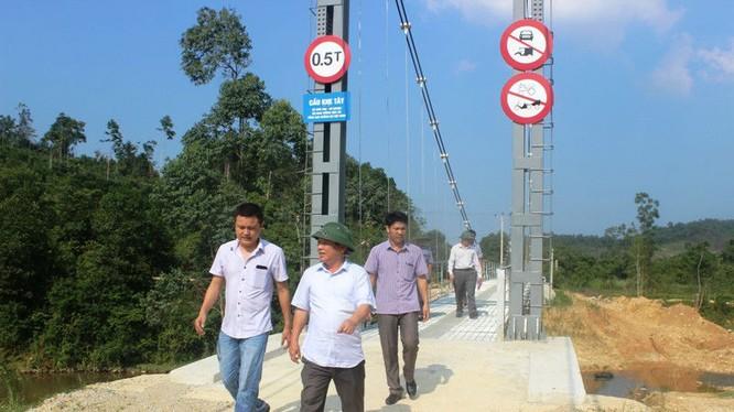 """Đoàn của Sở GTVT Hà Tĩnh tới kiểm tra """"hiện trường"""" việc cầu treo phục vụ bao nhiêu hộ dân."""