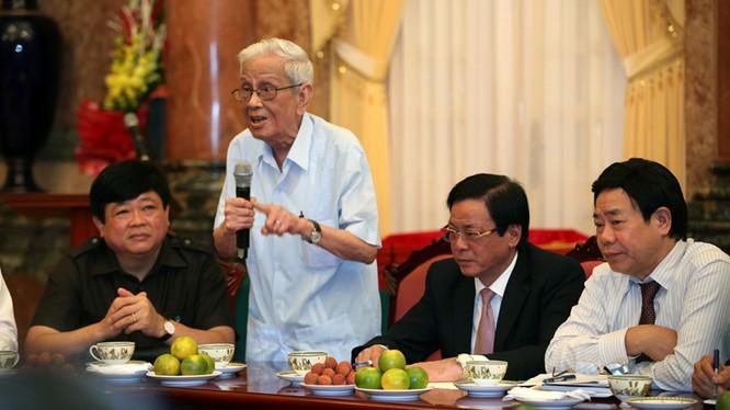 Nhà báo Hữu Thọ phát biểu tại cuộc gặp của Chủ tịch nước Trương Tấn Sang với lãnh đạo các cơ quan báo chí, nhà báo lão thành tháng 6/2015. Ảnh: Lê Anh Dũng