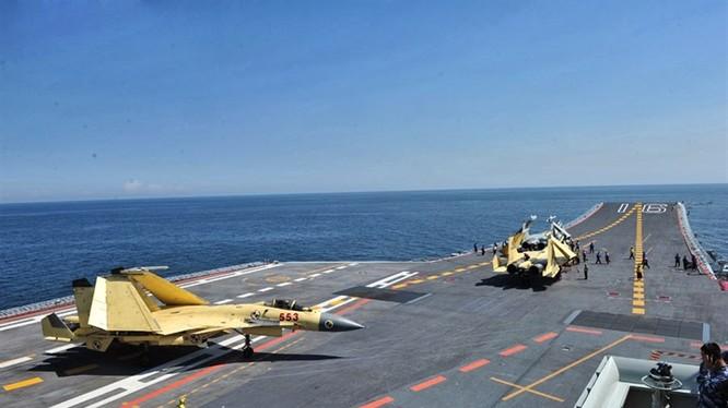 Trung Quốc đang nuôi mộng xây dựng 4-5 cụm tác chiến tàu sân bay trong tương lai. Ảnh: Máy bay J-15 tập cất hạ cánh trên tàu Liêu Ninh