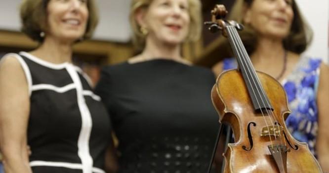Cây vĩ cầm đã được trao lại cho ba cô con gái của nghệ sĩ vĩ cầm Roman Totenberg hôm 6/8/2015. Ảnh AP