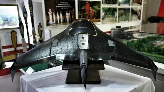 Máy bay không người lái Trimble UX5, do Mỹ sản xuất, với giá nhập 1,5 tỷ đồng, là loại máy bay duy nhất ở Việt Nam được trang bị cho quân đội phục vụ việc trinh sát.
