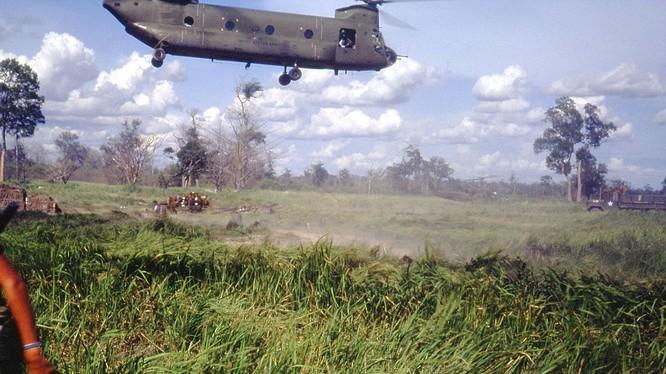 Máy bay trực thăng Chinook CH-47 chở pháo 105mm tới một căn cứ của Mỹ ở nam Việt Nam