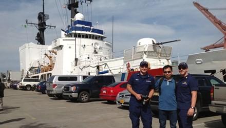 Tác giả chụp ảnh kỷ niệm với hai sĩ quan cảnh sát biển Mỹ