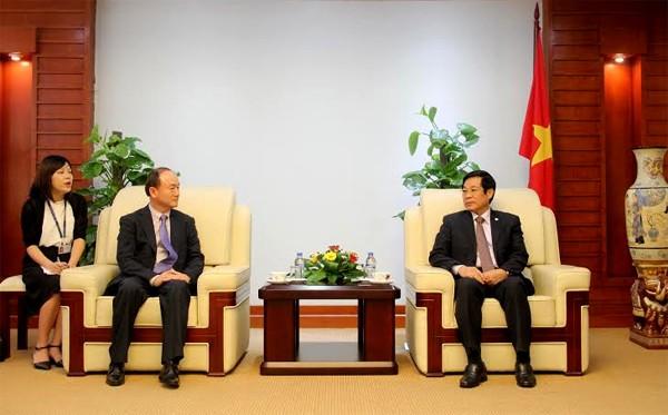Bộ trưởng Nguyễn Bắc Son (phải) tiếp TGĐ Tổ hợp Samsung VN Han Myoung Sup. Ảnh: Giang Phạm