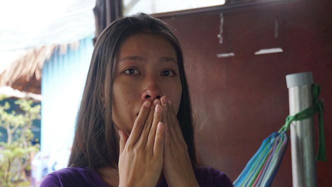 Chị Hoàng Anh rơi nước mắt khi kể lại sự việc - Ảnh: H.M.