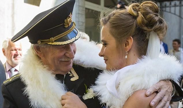 """Bất chấp nhiều lời chỉ trích, cặp đôi """"đũa lệch"""" này mô tả quan hệ của hộ trong một cuộc phỏng vấn với truyền thông Nga như """"một bước lên thiên đường""""."""