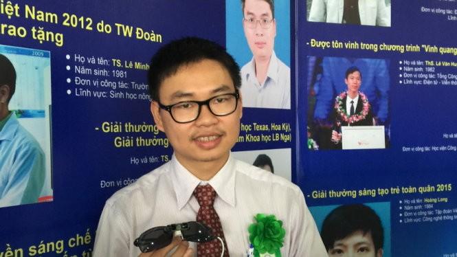 Tiến sĩ Nguyễn Bá Hải với sản phẩm mắt thần dành cho người mù - Ảnh: Thanh Hà