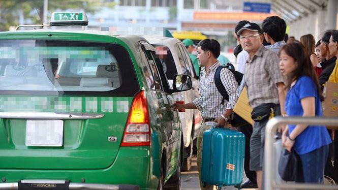 Hành khách đón taxi tại sân bay Tân Sơn Nhất, TP.HCM