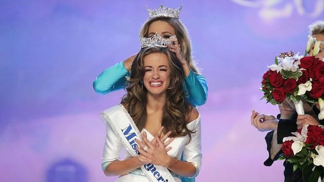 Giây phút đăng quang của Nữ hoàng sắc đẹp Mỹ 21 tuổi