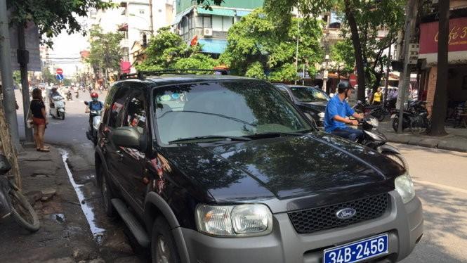 Chiếc xe biển xanh được đưa về chốt CSGT - Ảnh: M.Quang