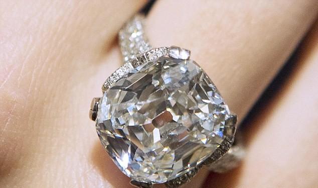 Jiang Xulian chấp nhận phẫu thuật để gắp viên kim cương ra sau khi bị phát hiện
