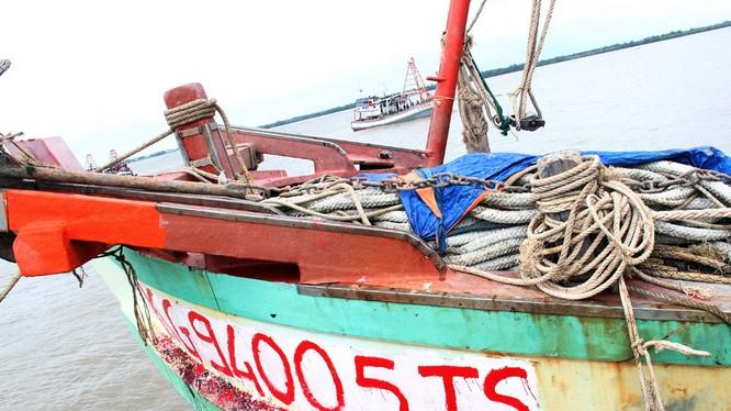 Tàu vũ trang nước ngoài nã đạn điên cuồng vào tàu cá Việt Nam