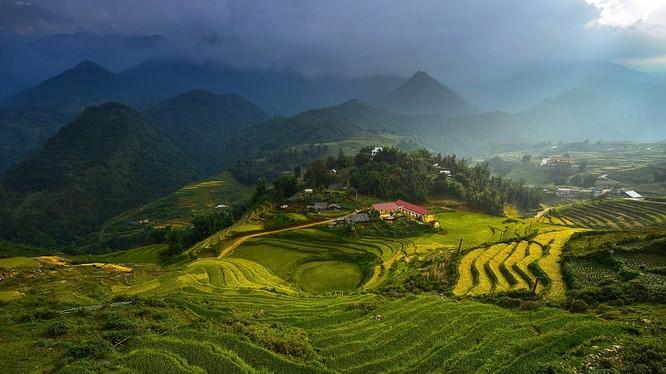 Mây sà xuống những thửa ruộng bậc thang đẹp sững sờ ở miền núi Việt Nam