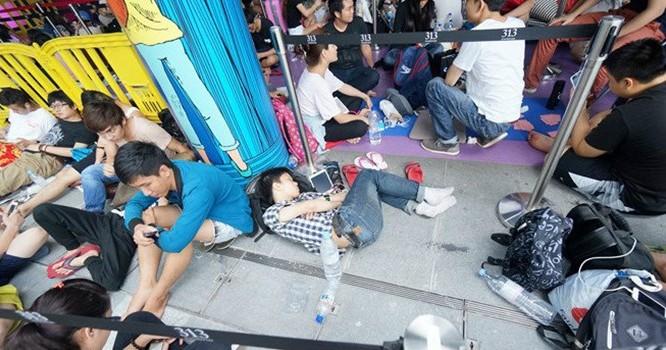Nhiều du học sinh và nhân viên cửa hàng tập trung trước một điểm bán ở Singapore trong đợt bán iPhone 6 năm ngoái. Họ phải trải qua nhiều giờ ăn ngủ vạ vật để tranh suất mua iPhone. Ảnh: Duy Tí
