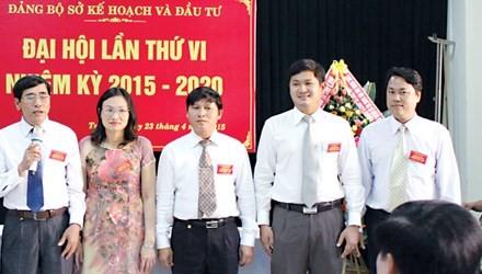 Ông Lê Phước Hoài Bảo (thứ 2 từ phải sang trái) vừa được bổ nhiệm làm Giám đốc Sở Kế hoạch Đầu tư tỉnh Quảng Nam. Ảnh: Sở Kế hoạch - đầu tư