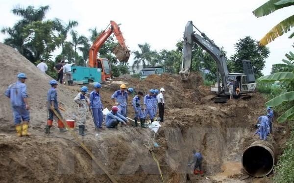 Hiện trường sự cố vỡ đường ống nước hồi tháng 8. (Ảnh: Tuấn Anh/TTXVN)