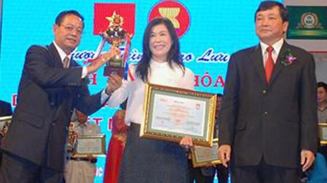à Linh nhận cúp và bằng khen tại chương trình giao lưu kinh tế văn hóa doanh nhân, doanh nghiệp VN - Asean 2015 - Ảnh: Công ty Hà Linh cung cấp