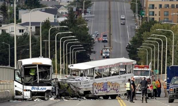 Hiện trường vụ tai nạn xe buýt chở sinh viên quốc tế ở Seattle - Ảnh: AP
