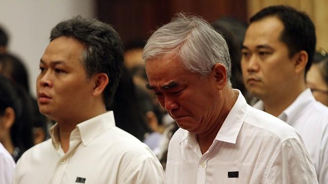 Ông Lê Hùng Dũng - Chủ tịch Ngân hàng Eximbank không cầm được nước mắt trước những biến cố ở Eximbank