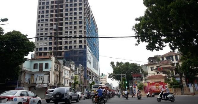 Dự án chung cư số 8B Lê Trực (nằm đối diện UBND phường Điện Biên) từng bị UBND quận Ba Đình (Hà Nội) xử phạt 40 triệu đồng vì xây dựng không có giấy phép xây dựng.