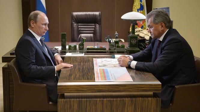 Tổng thống Nga Vladimir Putin gặp bộ trưởng quốc phòng Sergey Shoigu.