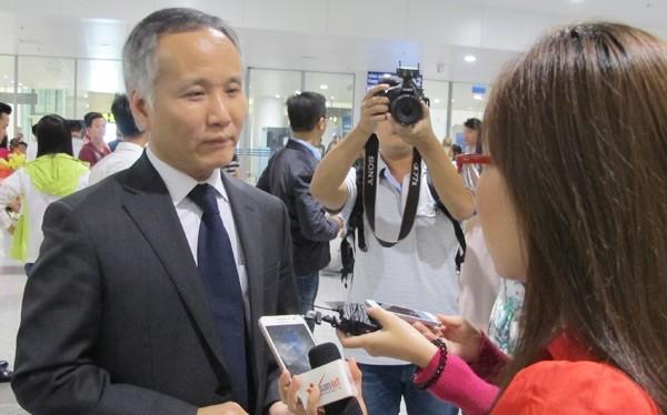 Trưởng đoàn đàm phán Trần Quốc Khánh trả lời PV ngay sau khi xuống sân bay tối 6/10.